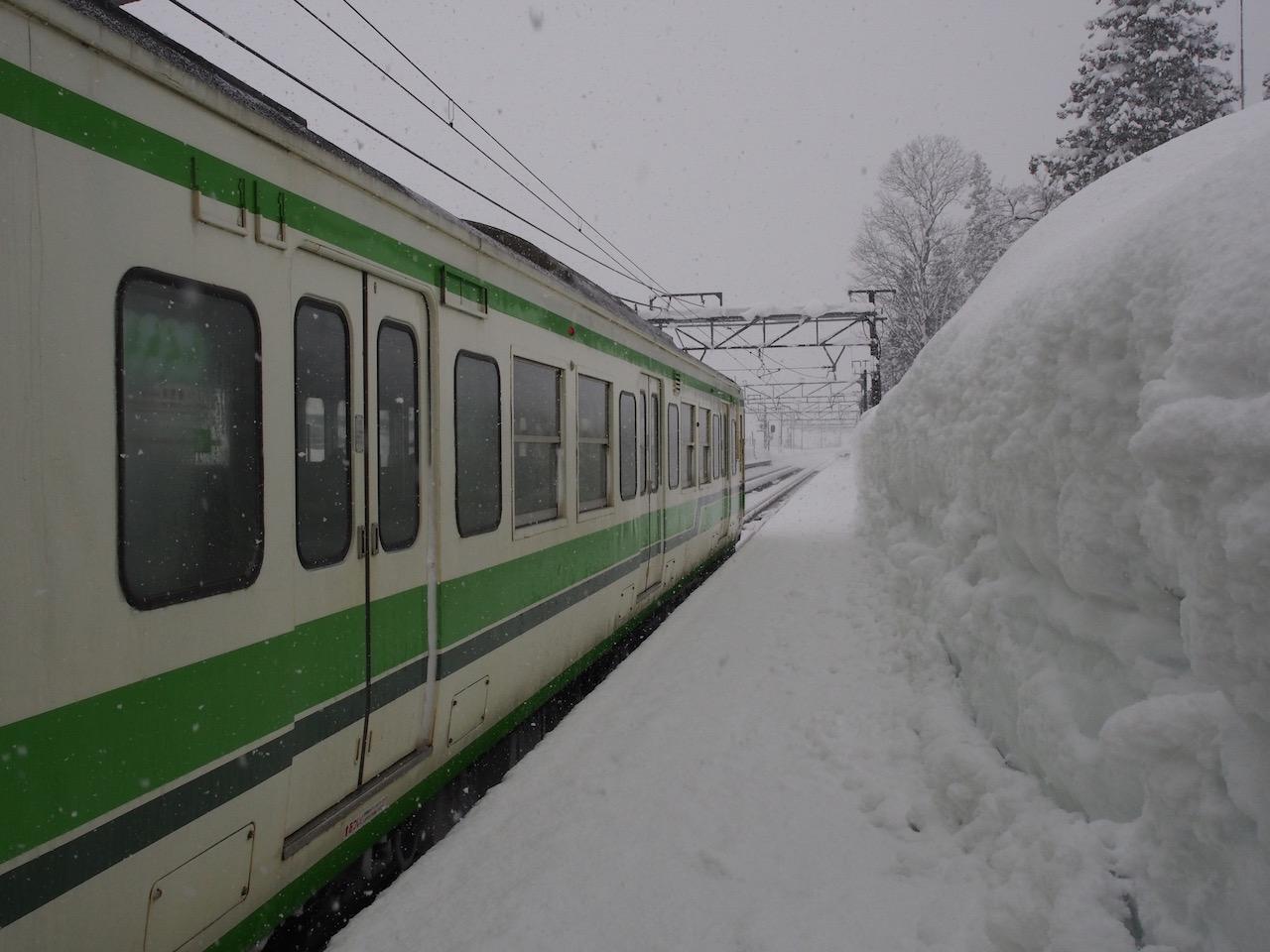 在来線の上越線が運休するのも、猛烈な大雪の時だけ。新幹線はそんなときでも1分たりとも遅れません。